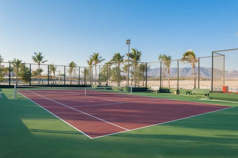 tennis court with dessert view at tennis academy in fanar hotel in hawana salalah