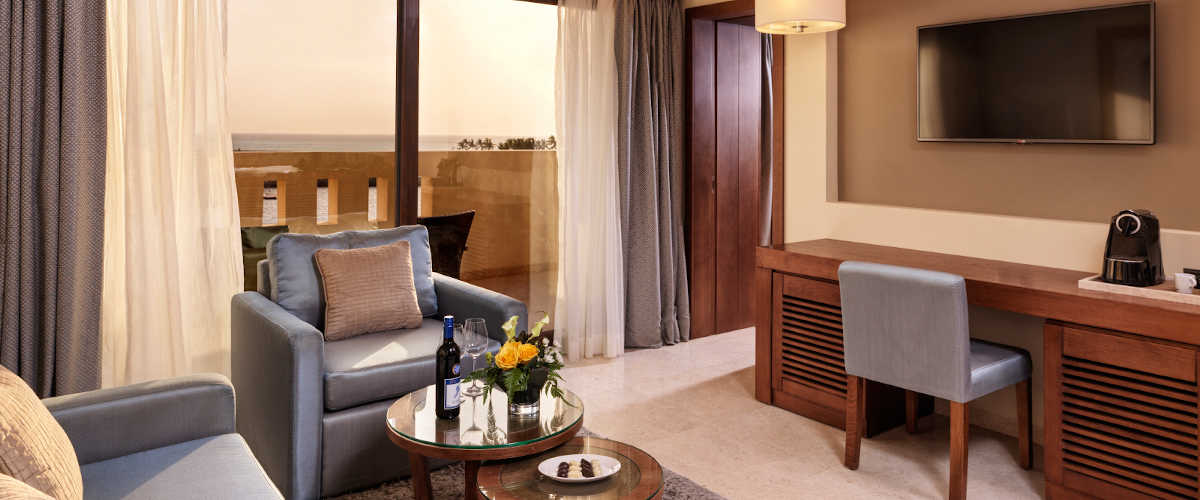The spacious living room overview in Fanar Deluxe Suite and Ocean View Terrace for a family vacation in Salalah Oman